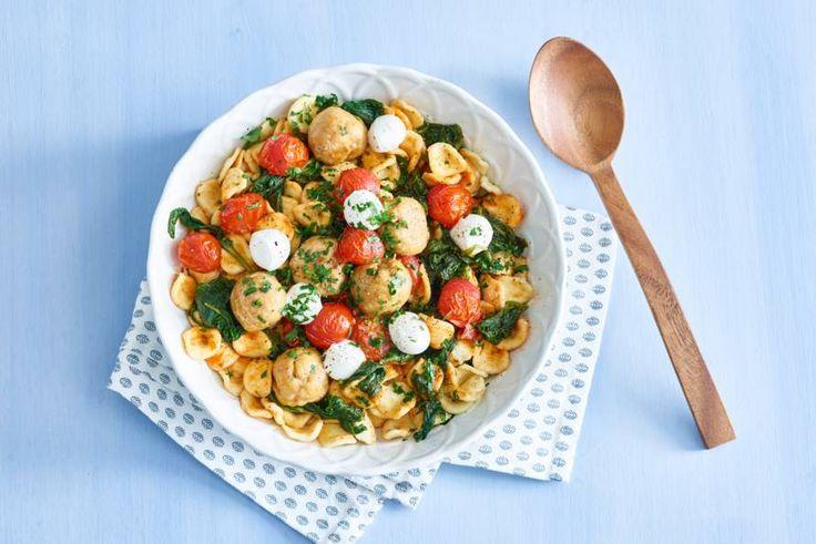 De vorm van deze pasta doet denken aan oortjes, en zo heet het ook (op z'n Italiaans) - Recept - Allerhande