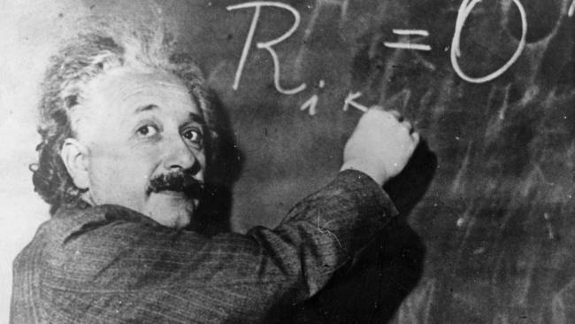 """► Einstein lernt erst mit drei Jahren sprechen, spielt aber Violine, noch bevor er ABC-Schütze wird. Als der Hochbegabte in der Schweiz Abitur macht, stehen im Zeugnis fünf Sechsen. Sein erster Biograph macht daraus die Fabel vom schlechten Schüler: Er weiß nicht, dass die """"6"""" in der Schweiz die Bestnote ist. ► Den Nobelpreis bekommt Einstein 1922 nicht für seine berühmte Relativitätstheorie, sondern nur ganz allgemein """"für seine Verdienste um die theoretische Physik, besonders für seine…"""