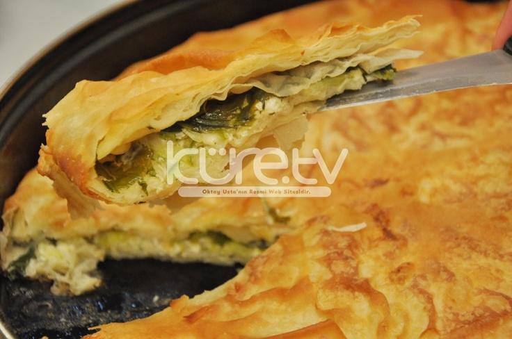 """Oktay Usta'dan """"Peynirli Sebzeli Börek"""" tarifi... Yumurtaları karıştırma kabına kırıyoruz. Süt, sıvıyağ ve erimiş tereyağı ekleyip karıştırıyoruz. İlk yufkayı fırın tepsisinin... http://oktayusta.kure.tv/oktay-ustadan-peynirli-sebzeli-borek-tarifi/"""
