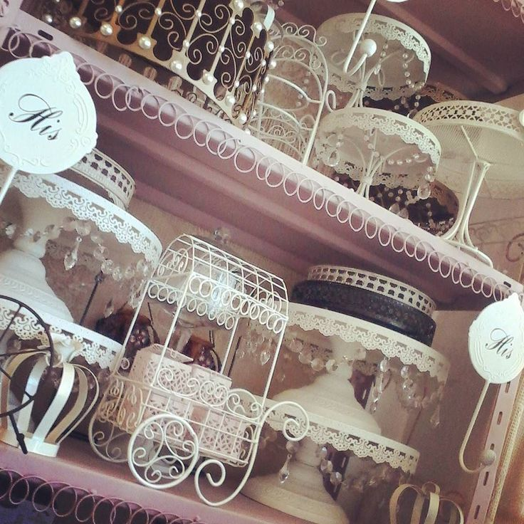 muy buenos días abrimos lista de octubre. #DECOHIERROESPINOLA #EVENTSTYLING #CANDYBAR #TEMÁTICA #EVENTOS #vintagebaking #carrinhoparafesta #carro #carriola #carriolas #goldstand #goldenweddingcakestand #crown #ironcrow