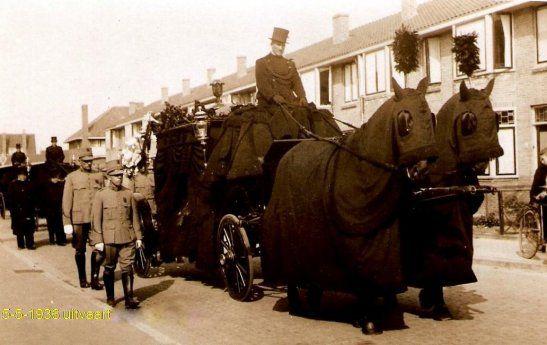 Begrafenis met zwarte paarden.