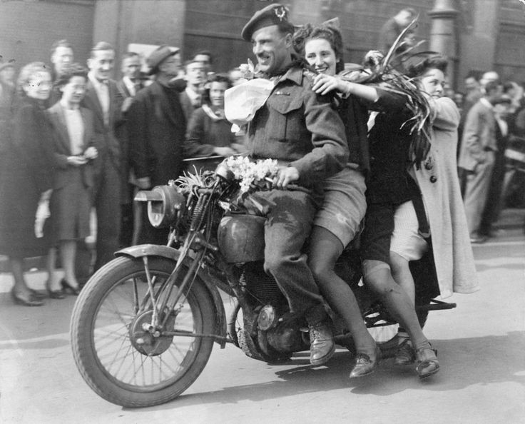 Canadian soldiers during the liberation, Amsterdam.     Aart Klein 1945.