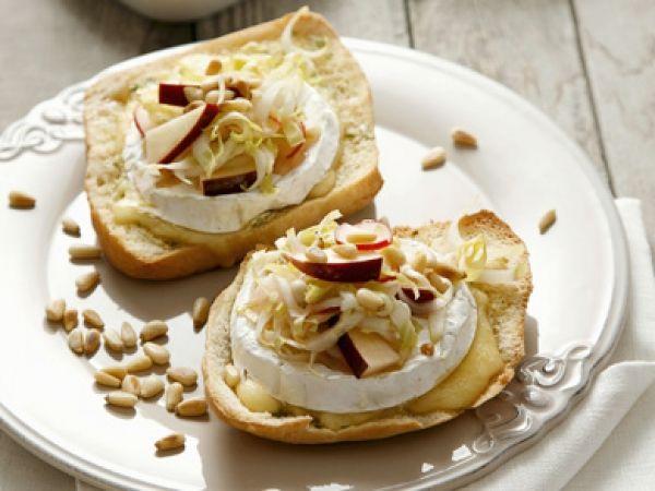 Recept: Crostini met camembert, witloof en appel. Een heerlijk hapje!