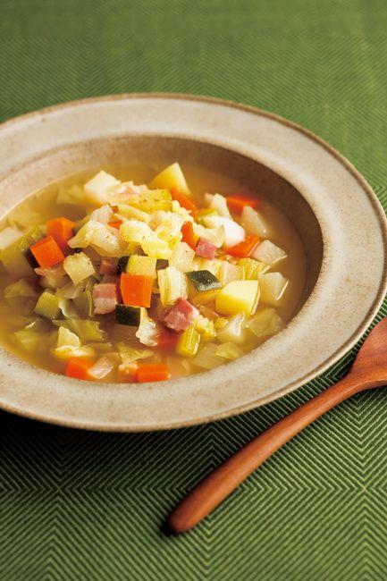 いつも野菜室にありそうな、7種類の野菜たちとベーコンを1cm角に切って作る野菜スープ。まとめてストックしておけば、何かとアレンジできるから便利。+αの食材&調味料でおいしく食べ切りましょう! 『野菜