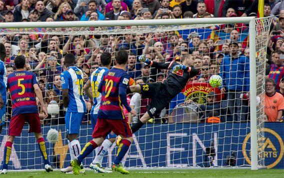 Golazo de falta. 08-05-2016. En Liga, frente al Espanyol, 5-0. Golazo de Messi. De falta. En el minuto 7 de partido, para empezar a asegurar los tres puntos, vitales en la carrera final hacia la Liga. El argentino, con su zurda mágica, superó a Pau López con un preciso disparo que supuso el 1-0. Luego llegarían otros cuatro goles, dos de Suárez, uno de Rafinha y otro de Neymar. (Foto: Joan Monfort).