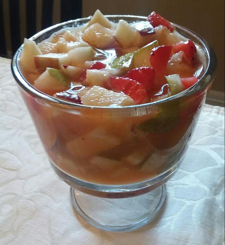 Salada de fruta reflescante - Bata meio copo de suco de laranja com 2 morangos e sirva com meia maçã picada, meia pêra picada, 6 morangos picados.