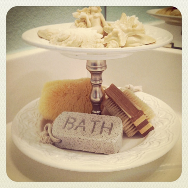 Make one of these for the downstairs bathroom. It'll be perfect for the small bathroom! Can't wait!