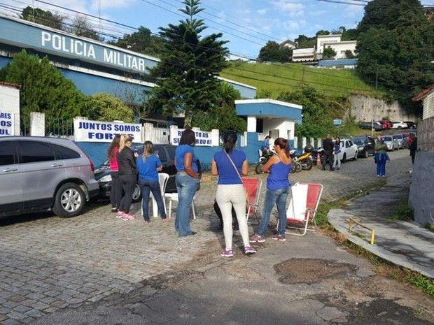 Grupo tenta bloquear passagem nos portões do 26º BPM nesta sexta (10). Ato reivindica pagamento de salários; agentes dialogam com manifestantes. Parentes de policiais militares protestam na manhã desta sexta-feira (10) em frente à sede …