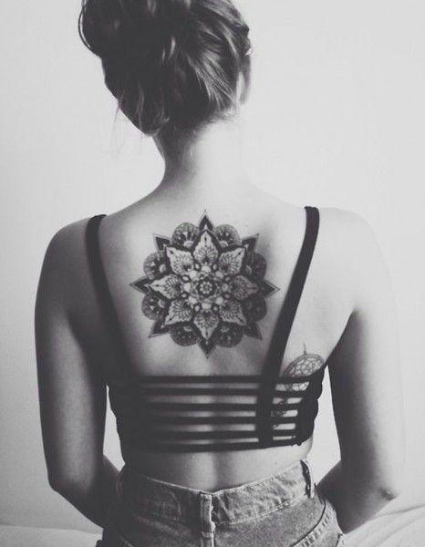Idée tatouage : une rosace dans le dos - Les 40 plus beaux tatouages de Pinterest - Elle