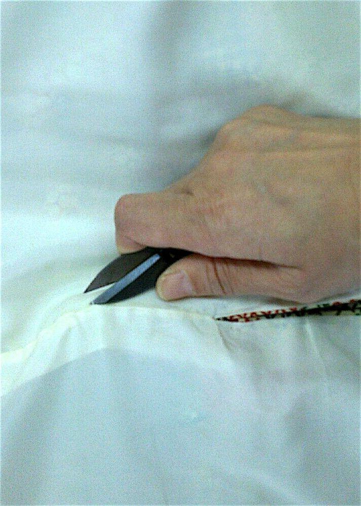 最初に袖裏の糸を切ってほどき、次に表袖をほどきます。