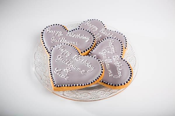 Des biscuits en forme de coeur personnalis s pour - Decorer une table ...