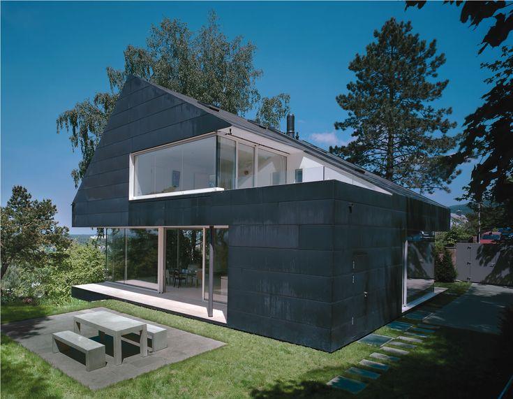 Una casa familiare a Seeheim (Germania): un edifico monolitico, caratterizzato da quattro grandi incisioni. Gli architetti di Fritsch und Schluter Architekten hanno scelto il rame preossidato per l'intero rivestimento. Menzione 2011