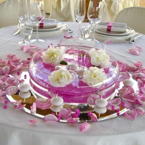 Allestimento tavolo sposi con candele e petali di rosa