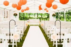 Ceremonie styling met klapstoelen, lampionnen, pomanders en witte loper in Hof ten Laere, Schelle, België door In Style Styling & Decoraties.