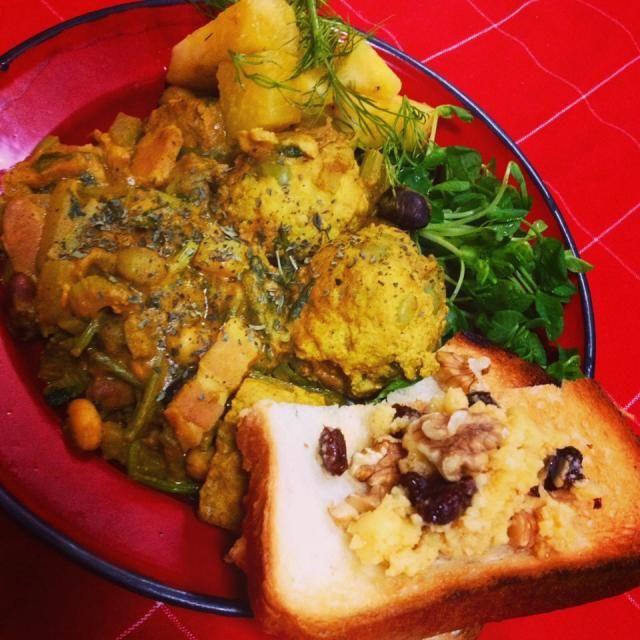 カレーが、少し辛かったから、カレーの下に豆菜を刻んだのをひいて、混ぜながら!  カレー中身は、青えんどう豆と厚揚げ入り肉団子、パクチーみじん切り、ベーコン、冷凍豆腐、セロリ、生姜  トーストにも自家製のラムレーズンバターと胡桃で  実は米がないの - 51件のもぐもぐ - 豆乳スパイスカレー! by 江里子
