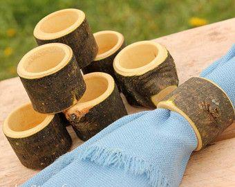Eine schöne, natürliche und rustikale Art für Ihr Männlein tragen Ihre Ringe bis zu dem Alter! Nach der Hochzeit bietet es einen sicheren Marktplatz für Ihren Ring abgesetzt, wenn benötigt.  Aus schönen Hartholz Esche hergestellt. Fertig mit 100 % natürlichen Hanf-Öl. Misst ca. 5 Durchmesser von 1,25 hoch.   --Ringe nicht enthalten--  WILLST DU ES PERSONALISIERT? http://www.Etsy.com/Shop/HomenStead/Search?search_query=Ring+Pillow&Order=date_desc&view_type=Gallery&ref=shop_search  ---Was die…