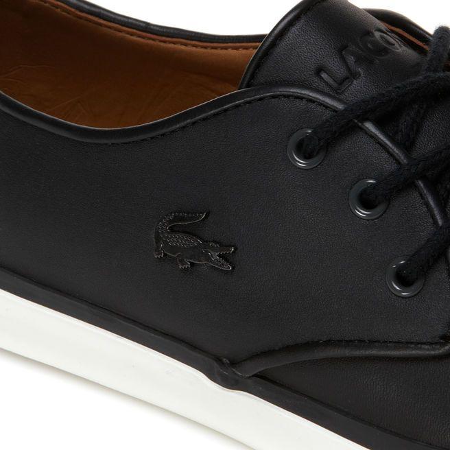 Estas sneakers Lacoste, ultra elegantes, están confeccionadas con cuero de gran calidad y adornadas con una pieza de fieltro en el talón. Un diseño cómodo y muy actual perfecto para casa, la ciudad y la playa.