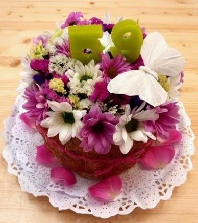 Un pastís de flors, una idea original i diferent per celebrar un dia especial.    Un pastel de flores, una idea diferente y original para celebrar un día especial.