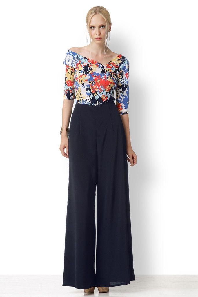 ΜΠΛΟΥΖΑ ΦΛΟΡΑΛ ΜΕ ΕΝΑΝ ΩΜΟ Από εξαιρετικό ελαστικό ύφασμα αυτή η θηλυκή μπλούζα με τον ένα ώμο ταιριάζει και με φούστες και με παντελόνες.
