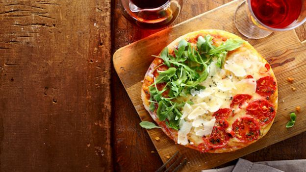 Come fare una pizza tricolore Se raduni gli amici per vedere la partita dell'Italia ai mondiali di calcio, niente di meglio di una pizza tricolore, preparata in casa con la nostra ricetta.