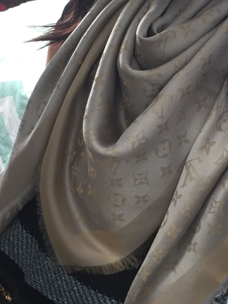 New obsession) Louis Vuitton shawl, monogram LV shine shawl