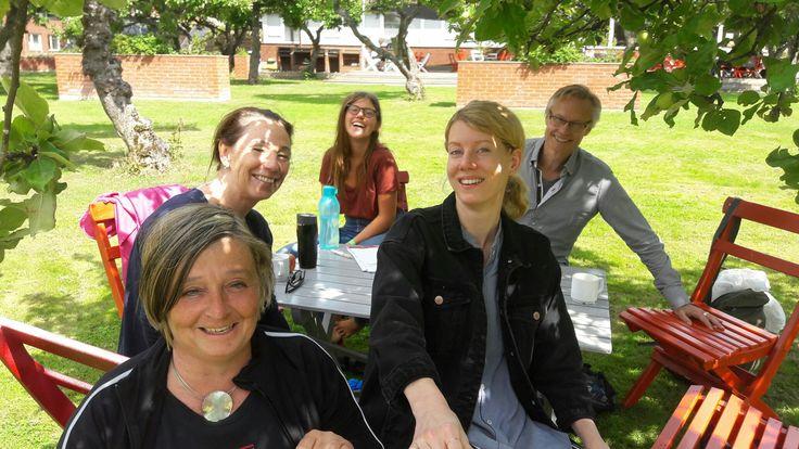 Här sitter vi och pratar litteratur i solen. Bakom mig Katarina, Ulrika, Isabell och Peter.