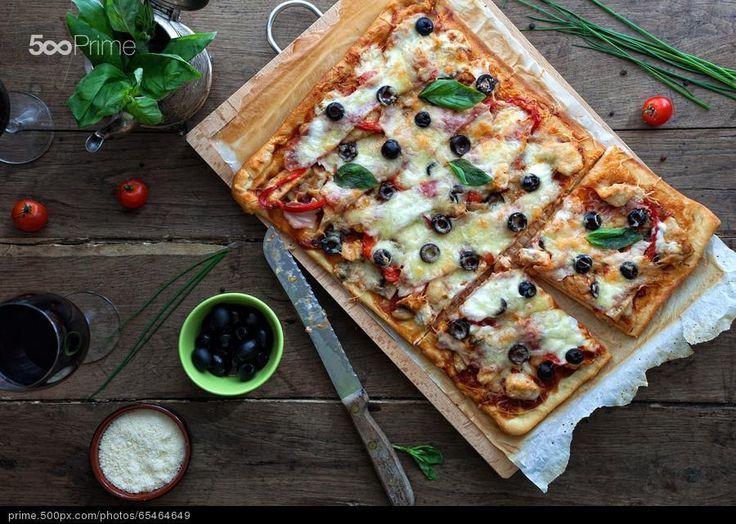 Barbekü soslu tavuk ve domuz pastırmalı Pizza - stok fotoğraf