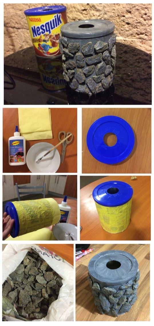 Reciclar bote de nesquik. Convertir un bote de nesquik en un cenicero con piedras  de exterior.  Por Noemi Montero.  1. Con el bote tapado, mezclar la cola y el agua para pegar servilletas o papel de cocina (3 capas) y dejar que se seque.  2. Recortar un círculo en la tapa del bote. 3. Pintar con acrílico (según el color de las piedras. También se puede pintar la tapa en varias capas. (Reservar un poco de pintura para dar unos toques a las piedras , una vez colocadas). 4. Pegar piedras con…