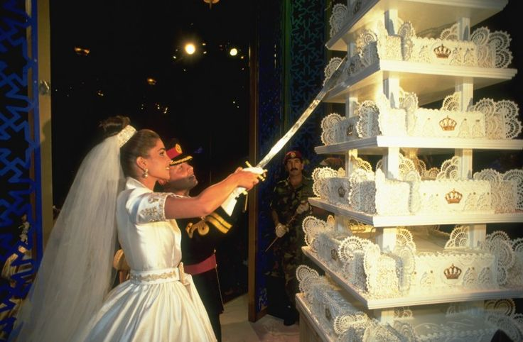 ♔♛Queen Rania of Jordan♔♛... June 10, 1993....King Abdullah and Queen Rania (then Prince and Princess) cutting their fantastic wedding cake.