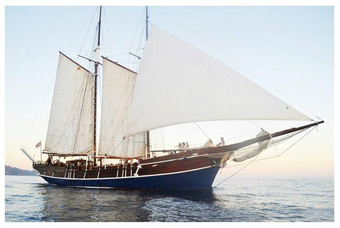 Uitzonderlijke schoener - 1947  Dit oude zeilschip geheel van hout gemaakt is in 1947 gebouwd op een 19e eeuws project.Voor een impressie:https://www.youtube.com/watch?v=y5nHb2KKeLEHet voert de Nederlandse vlag- Type: motorzeiler- Bouwjaar: 1947- Ligplaats: Santa Maria di Leuca (Lecce)- In het water- Ligplaats na verkoop: onbekend- Lengte: 2356 m. Totale lengte: 27 m- Breedte: 580 m- Diepgang: 3.20 m- Maximale hoogte: 24 m- Verplaatsing:- Rompmateriaal: hout- Rompvorm: ronde bodem- Maximale…