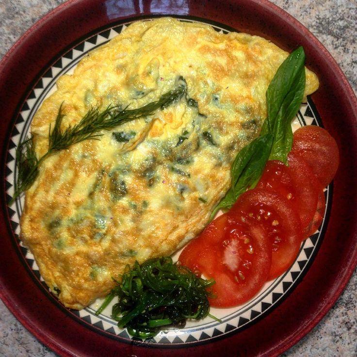 Завтрак в стиле #LCHF. #Омлет с сыром и шпинатом. Смешать нарезанный #шпинат с тертым сыром. Два яйца и две столовые ложки воды слегка взбить. Нагреть сковороду, Растопить сливочное масло, вылить две трети яичный смеси, распределить её по сковороде, как блин. Выложить сверху сырно-шпинатную смесь. Лоткой завернуть омлет в половину. На свободную часть сковороды вылить остатки смеси, выложить шпинат и сыр, омлет перевернуть теперь на эту часть. Можно накрыть крышкой и на медленном огне…