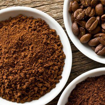 """Café: uno de mis favoritos para exfoliar. La """"borra"""" del café es muy útil para eliminar la hinchazón y devolverle el brillo a un cutis opaco. ¿Cómo hacerlo? Tras preparar el café como de costumbre, toma el residuo y mézclalo con tres cucharadas de agua (o aceite de oliva si buscas más humectación). Revuelve hasta obtener una pasta, aplícalo y luego de 15 minutos retira con movimientos circulares."""