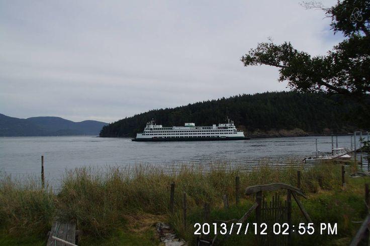 Uma grande balsa, atravessando a passagem ao largo da ilha Orcas, arquipélago das ilhas San Juan, no estado de Washington, USA.