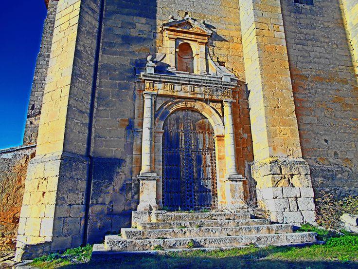 Puerta de estilo monumental de la Iglesia de Nuestra Señora de la Asunción.