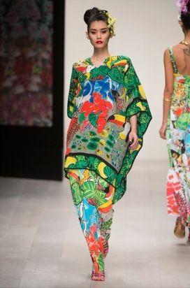 Issa London utiliza colores brillantes para darle vida a su atuendo.