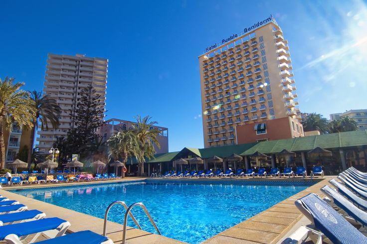 El Hotel Servigroup Pueblo Benidorm se encuentra situado en una animada zona hotelera, llena de comercios, restaurantes, bares, cafeterías… a 300 m. de la Playa de Levante de Benidorm y próximo al centro. Se compone de un edificio principal más cinco bloques adyacentes dispuestos alrededor de las piscinas del hotel, con amplios jardines mediterráneos y zona solárium. // The Hotel Servigroup Pueblo Benidorm located in a lively area of Benidorm, just 300m. away from Levante Beach. The hotel…