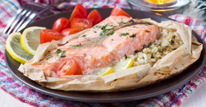 Recette de Papillote de saumon au riz citronné. Facile et rapide à réaliser, goûteuse et diététique. Ingrédients, préparation et recettes associées.