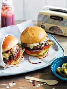 Homemade Cheeseburger mit selbst gebackenen Burgerbrötchen und einem Belag aus saftigen Frikadellen, Salat, Käse und Jalapenos.