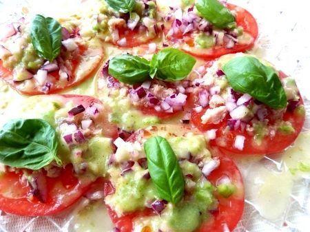 トマトを薄く輪切りにしてツナと紫玉ねぎを乗せたカルパッチョ風のサラダです。グリーントマトのドレッシングでいただくダブルトマト使いがおいしい一皿です。