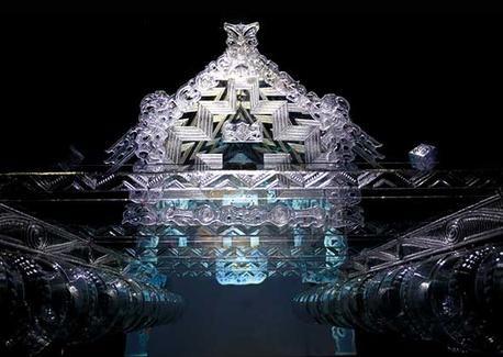 Voici l'une des principales oeuvres de Geroge. Il a représenté une pirogue avec des bouteilles et du plexiglas. La pirogue porte bien ses origines puisque c'est dans son pays natal qu'elle a été inventée et construite pour la première fois.  Marie F