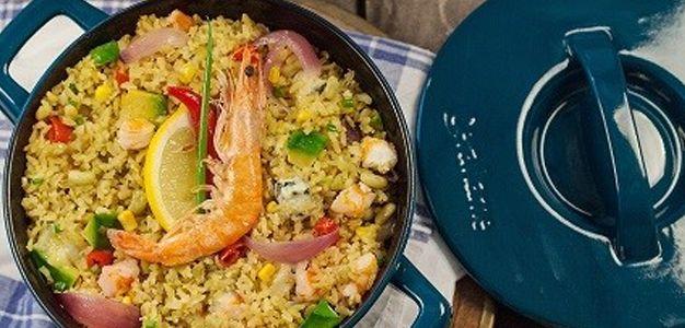 Deliciosa receita de arroz com curry, camarões e feijões verdes cozidos perfeitamente na panela ceraflame.