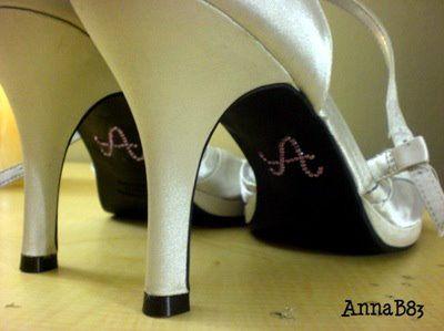 Desenho ou letra de strass no sapato