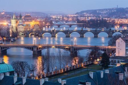 Praha za soumraku, pohled z mostů na Vltavě