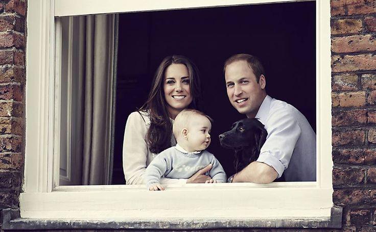 A duquesa Kate Middleton, o príncipe William e o pequeno George na janela da casa onde moram