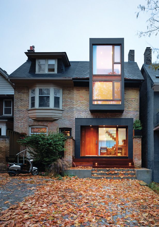 House in the Beach / Drew Mandel Architects. * Chosen for the use of brick and exterior black tiling. Creating a traditional box house with structurally striking modern elements.