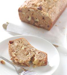 Koolhydraatarm bananenbrood met amandelen en kokos. Een plakje van dit koolhydraatarme bananenbrood is heerlijk als ontbijt of gezond tussendoortje. Eet het warm met een klein beetje roomboter... Mmm, smullen maar! #brood #koolhydraatarm #glutenvrij