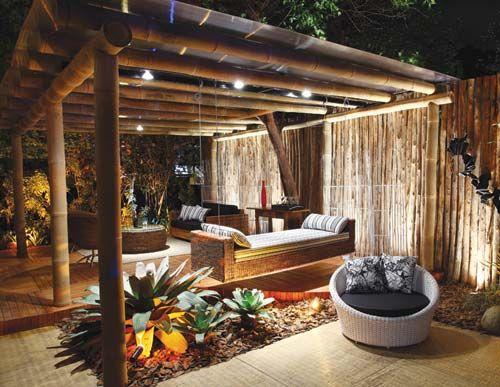 Gazebo. Carolina Siggelkow projetou um espaço onde os pais pudessem desfrutar de uns drinques e ao mesmo tempo ficar com os filhos. O gazebo tem grande preocupação ambiental, como pode ser visto no deck feito de Lyptus, madeira de reflorestamento. Os móveis são todos de folha de bananeira, da Affriká. A estrutura do espaço é bambu gigante com cobertura de policarbonato.