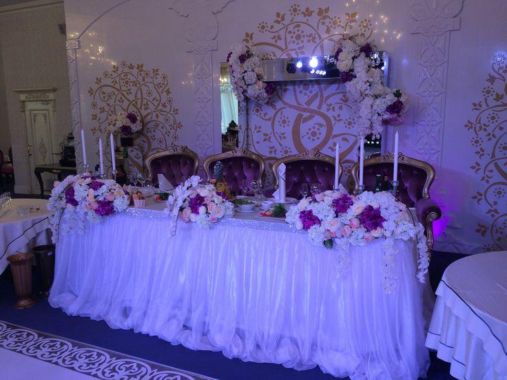 Стол жениха и невесты в бело-розово-лиловых цветах. Просто и нежно)