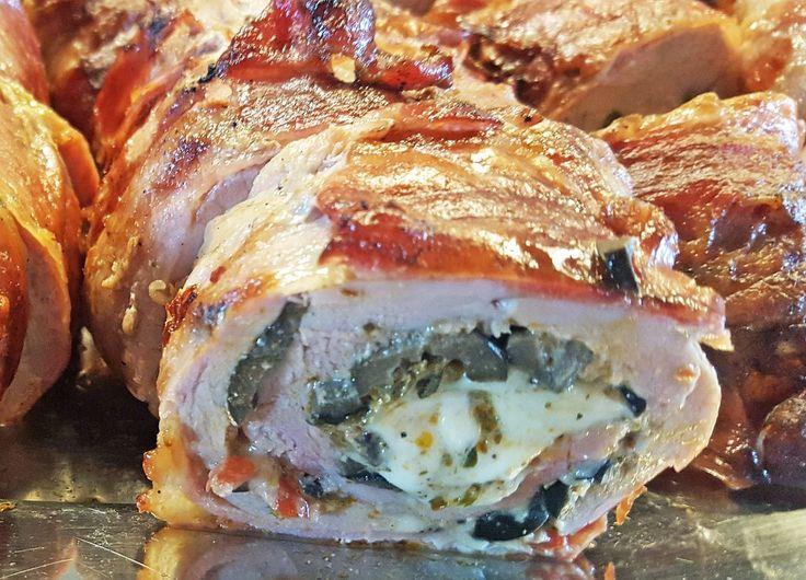 Fyldt Mørbrad   Mørbrad Bacon eller lufttørret skinke Oliven sorte Rød pesto Mozarella ost salt peber  Sådan gør du:  Rens din mørbrad af for sener og bimørbrad. skær en cm snit ned i mørbraden på langs. Skaær igen i bunden af det første snit i 45 grader ud imod ydersiden. Fortsæt på denne måde med at skære imens mørbraden rulles, sådan at du til sidst har et flad stykke kød der er ca. 0,5 til 0,75 cm tykt. Gerne uden at skære igennem så der er huld i kødet. Så skal det baneks let