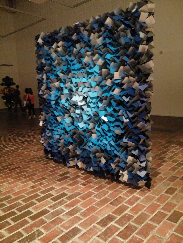 """Dentro del espectacular museo de arte moderno Jesús Soto, se encuentra otra exhibición de arte   del señor Joaquin Latorraca, un excelente artista que llamo a esta galeria """"Instabile flotante""""."""